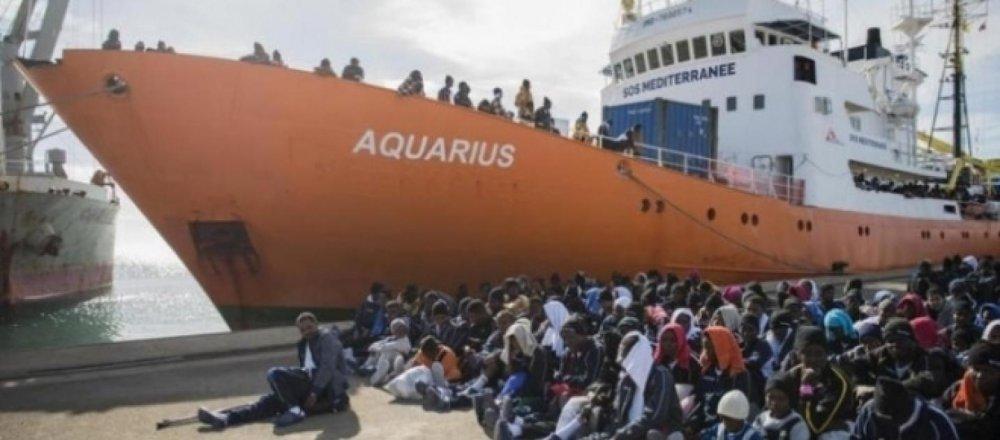 la-nave-aquarius-della-ong-sos-mediterranee-mentre-sbarca-un-carico-di-migranti-in-italia_1412821.jpg