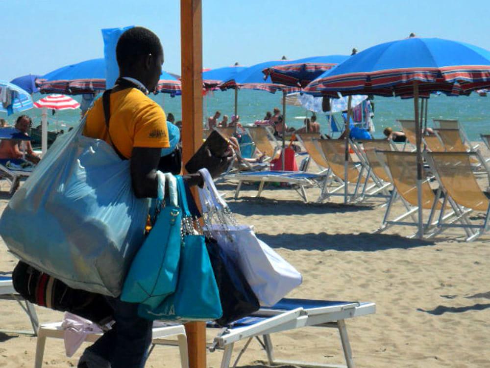 venditore abusivo spiaggia-2.jpg