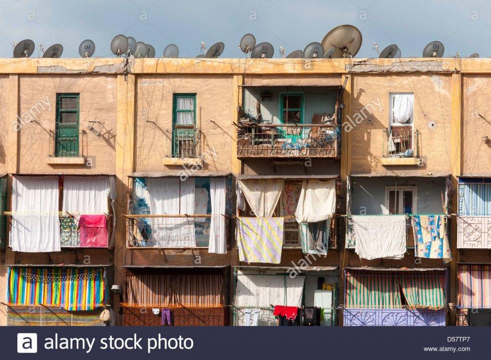 il-balcone-di-ogni-camera-del-blocco-di-appartamenti-ad-alessandria-egitto-d57tp7.jpg