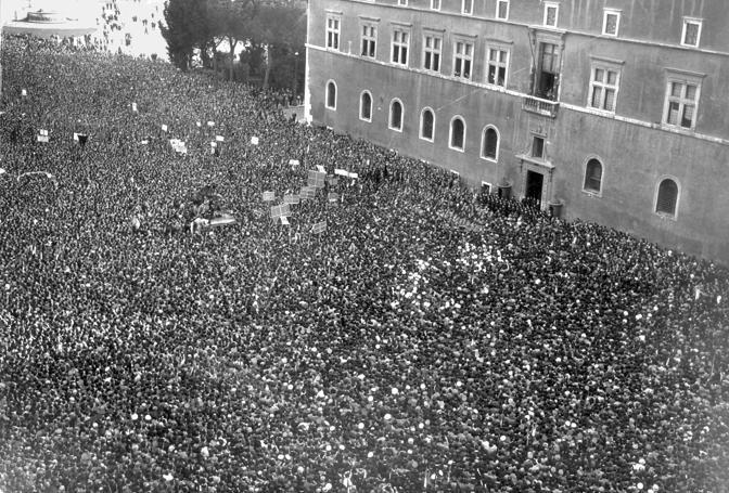 Dichiarazione_di_guerra_a_Piazza_Venezia_(10_giugno_1940).jpg